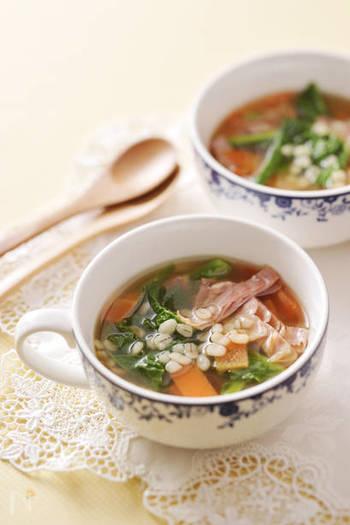 食感がしっかり楽しめる押し麦。スープの具にもぴったりです。季節のたっぷり野菜と一緒にいただきましょう。