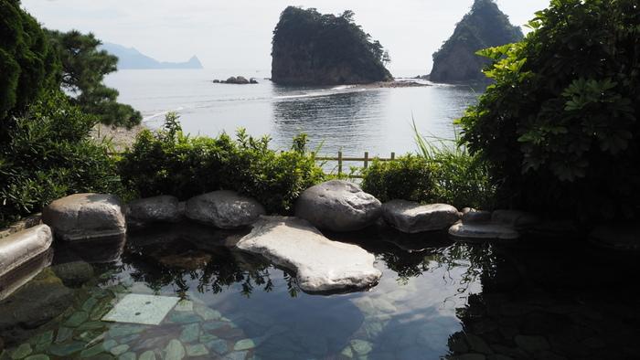 伊豆は静岡県の東部に位置しており、都内からも近いため、日帰りや週末の旅におすすめの絶好スポットとしても人気があります。近い所では、都内から電車で2時間ほどで行くことができますよ。今回は、伊豆の熱海・伊東エリアでおすすめ温泉宿を厳選してご紹介いたします。気になる温泉宿があったら、ぜひ、次の旅行計画に入れてみてください。熱海・伊東エリアで手に入れたいお土産情報もありますよ♪