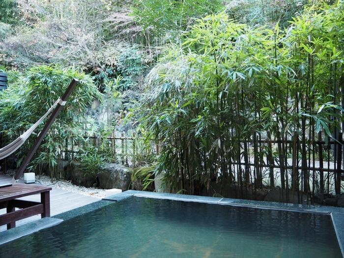 全26室あるスイートルームには、自家源泉掛け流しの露天風呂が完備されています。ゆっくりお部屋で温泉を楽しみたい方におすすめです。湯上がりに外の風に当たりながら、温泉で火照った体の熱を冷ますのもよいでしょう。