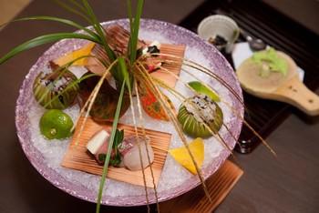 夕食は、和モダンのレストランで個室か半個室での日本料理、もしくは目の前でシェフが調理する臨場感溢れた空間の鉄板焼きカウンターから選ぶことができます。 ゆっくり食事を味わいたい方には、日本料理がおすすめです。美しく盛り付けられた料理を美味しいお酒と一緒に堪能しちゃいましょう!