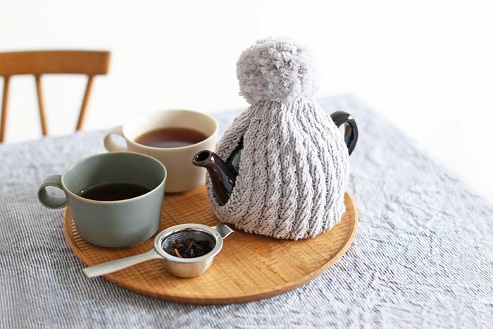 ティーポットにもお洋服を?お茶のあたたかさを逃さないティーコゼーもあると便利だし、何よりその姿にほっこりできますね。