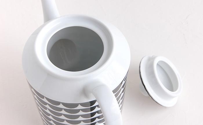 一見難しそうな紅茶の入れ方ですが、ティーポットを事前に温めておくこと、それぞれの茶葉にあった蒸らし時間をしっかり守ること、この2点を気をつけるだけで美味しいお茶が淹れられます。蒸らし時間はパッケージに書かれている抽出時間を参考に、細かい茶葉で2分半~3分間、大きい茶葉は3~4分を目安にすると良いでしょう。これならそれほど難しくないですね。
