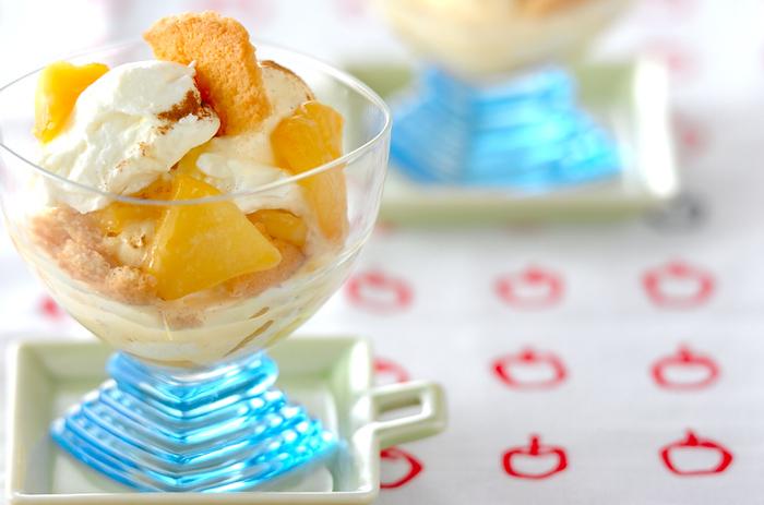 ソテーしたリンゴにバニラアイス、クッキーをトッピングし、サワークリームと生クリームを合わせた特製クリームで仕上げています。おうちにある材料でささっとパフェが作れると、子どもたちも大喜びですよ。