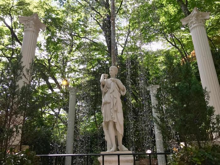 太陽光とクリスタルの煌めきを身体に受けて、仙石原の美術館ならではの情景にぜひ身を浸して下さい。 【園内の『ディアナ像とクリスタルガラスの噴水』】