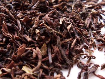 紅茶の茶葉を大きく分けると、フレーバーティーと、フレーバーのついていない紅茶にわけられます。 さらに、フレーバーのついていない普通の紅茶は、ブレンドとシングルエステート(シングルオリジン)に分けることができます。