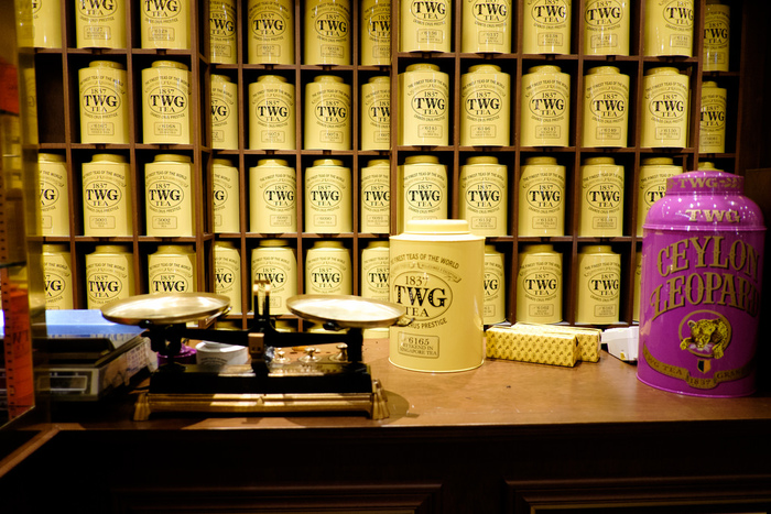 シングルエステートとは、ひとつの農園で作られた茶葉だけを使い、ブレンドも香り付けもしていないお茶です。 農園ごとの味の違いやこだわりを楽しめます。 ブレンドティーは、時期や年によってどうしても味にばらつきが出てしまう茶葉を、年中同じ味わいになるようにブレンドされたものを指します。 イングリッシュ・ブレックファストやロイヤルブレンドなど耳にしたことがあるのではないでしょうか。