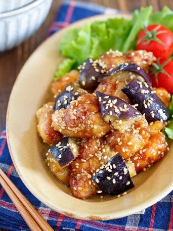 ナスはオイル蒸しにし、鶏肉は揚げ焼きにしてカロリーダウン。胡麻を効かせた甘酢味はごはんによく合い、冷めてもおいしくいただけます。