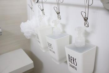 お風呂場のシャンプーやボディソープなどのボトルは吊るして、ぬるつきを抑えておくとお掃除の回数を減らすことができます。お風呂掃除用のスポンジなども吊るしておくと水切れがよくなります。