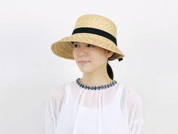 日本人の頭の形に合う木型を使い、旧式ミシンを使って、ていねいに仕上げています。だから、かぶりやすく、シルエットもきれい。ナチュラルな風合いで、どんなファッションにも合わせやすい麦わら帽子です。