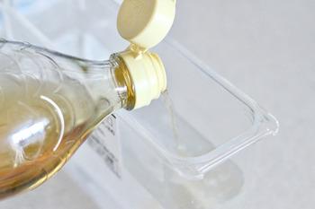 フィルターを外した状態で給水タンクに酢と水を1:2で入れ、酢水がなくなるまで製氷します。次に水だけで製氷し、残った酢水や香りを落とせば完了。これで手の届かない奥まで掃除でき、ニオイも取れます。掃除中にできた氷は捨ててくださいね。