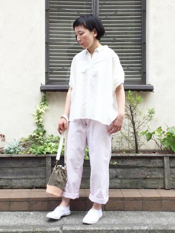 コットン×リネン×シルク、それぞれの素材のいいとこどりをしたような白シャツ。あえてクシュッとさせた袖のデザインがキュートで上質な中にも遊び心を感じさせます。白に近い明るいピンクのパンツがほんのりフェミニンで清涼感もあって素敵。足元もやっぱり白で統一!明るくて知的な大人のスタイリング。