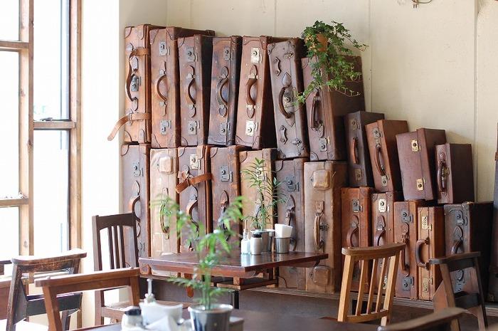 壁際に飾られたヴィンテージトランクも壮観。店内の雰囲気を楽しみながらお茶をするもよし、気の合う友達と趣味の話に興じるもよし。レトロな品々に囲まれながら、自分だけの時間を堪能してください!