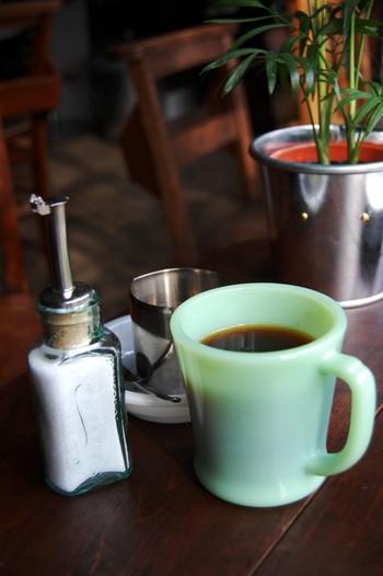 店主こだわりのコーヒーやホットドリンクは、アンティークマグの代名詞「ファイヤーキング」のマグカップでご提供。また名物タコライス、フレンチトーストなどの料理には、キャンピングツール「LOGGE」のスキレットを使っています。