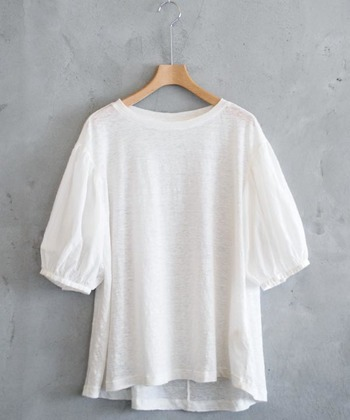 涼しく見せるという意味では、見た目の軽さも重要。少し透け感あるデザインは、ナチュラルな風合いのものを選ぶといやらしくなく、ヘルシーにきまります。身頃と袖の素材を変えたデザインが楽しいカットソー。白に奥行きを与え、印象的に見せてくれます。