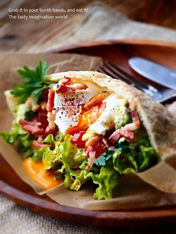 たくさんの野菜にポーチドエッグ、カリカリベーコンが入った食べ応え抜群のピタサンドです。朝から野菜をたくさん摂りたい時にもおすすめ。ヨーグルトを使って和えているのでさっぱりとした仕上がりです。