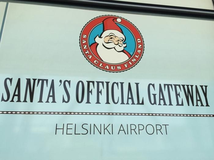 空港内にはこんな表示が。「サンタのオフィシャル・ゲートウェイ」。サンタも公式にこの空港を利用しているんですね。クリスマス時期には実物サンタに遭遇できることも!
