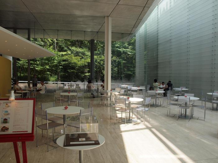 カフェを気軽に楽しむのなら「CAFE TUNE(カフェ・チューン)」へ。 陽の光が降り注ぐカフェは、天井高く広々。窓一杯に広がる緑が美しい空間です。