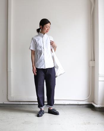かっちりスタイルの白シャツに、ゆったりワイドなデニムパンツを合わせたスマート×ゆるスタイリング。シンプルアイテムの組み合わせだからこそ、シルエットにこだわるのもポイントです。
