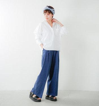 ナチュラルラフな着こなしが好きな人には、デニムのワイドデニムパンツを制服化アイテムに取り入れるのがおすすめ。どんなシャツと合わせてもリラックススタイルが決まるので、気合いの入り過ぎないコーディネートが楽しめます。