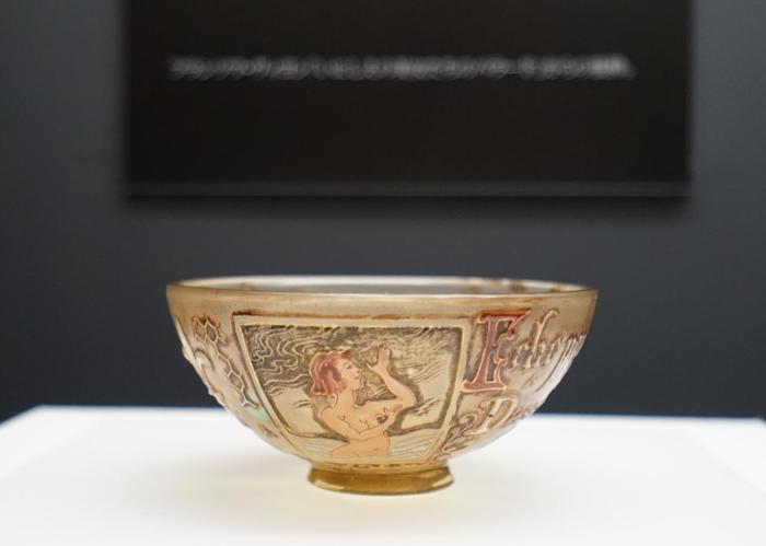 「ポーラ美術館」では、収蔵品を常設展示する他、企画展示も充実しています。都市部の美術館に劣らない、当美術館ならではの秀逸な企画展が随時開催されています。 【2018年開催の企画展「エミール・ガレ 自然の蒐集」の展示作品『水の妖精文鉢(1884-89年)』(ポーラ美術館蔵)】