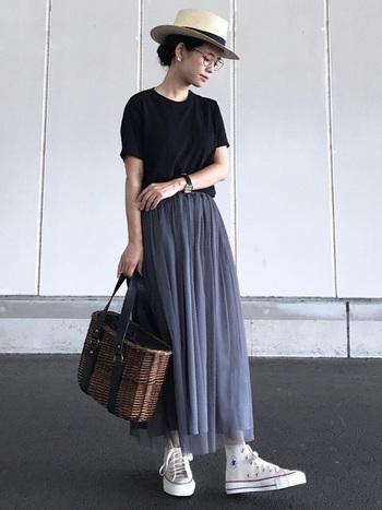 シンプルな黒の無地Tシャツには、あえてダークトーンのグレースカートを合わせて大人っぽさを演出。白のハイカットやストローハットでカジュアルダウンしつつも、洗練された大人感漂うコーディネートに。