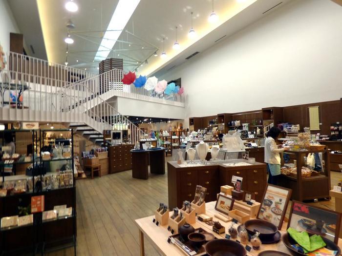 施設内の「パサージュ」は、美術館併設とは思えないほどの充実したショップです。  キッチン小物やバスグッズといった生活雑貨、アクセサリーやバッグ等の服飾雑貨、ステーショナリー等などが、広々とした店内に並べられています。【3つのフロアに分かれた「パサージュ」の店内】
