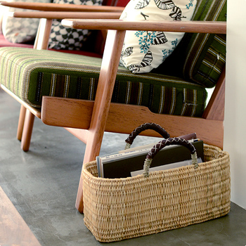 松野屋のかごバッグも、モロッコの職人さんによる手作りです。こちらの素材はイネ科植物の水草で、シンプルかつ新鮮なデザインに、持ち手の革が落ち着いた印象を与えてくれます。底が平らで安定感がありますので、収納力も抜群です。ソファサイドに置いて読みかけの本を入れておくのにもぴったり。