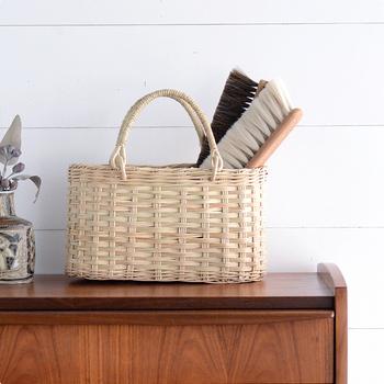 玄関のシューズボックスの上やダイニングテーブルなど、腰高の場所は使い勝手がいい反面、家族のモノが集まりやすい場所でもあります。郵便物やお財布、鍵、テレビのリモコンなどでごちゃごちゃしていませんか?そんなときにもかごバッグが役に立ちます。「とりあえずかごバッグに入れる」という一時置き場を作っておけば、ひとまずは散らかりませんし、「あれどこ?」と探し物をすることもなくなりそうです。