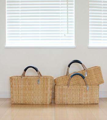 ワランワヤンのかごバッグは、大西洋と地中海に挟まれた北アフリカの国、モロッコの職人さんの手仕事によるもの。素材はイネ科植物の藁(わら)で、底が平らなしっかりとした作りが人気です。持ち手に巻かれた革の色違いや、サイズや型違いで集めたくなりますね。