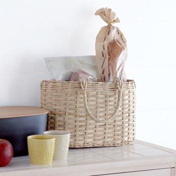 通気性のよいかごバッグは、キッチンまわりでの収納にもおすすめです。お気に入りのパン屋さんで買ってきたパンや、子どものおやつ、保存食のストックなどをざっくりと入れるだけで、ナチュラルな収納に。中身が気になるときはクロスで目隠しをしてもいいですね。