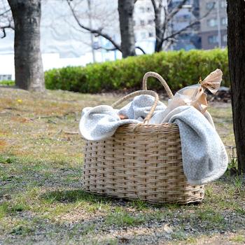 夏のおしゃれのマストアイテム、かごバッグ。天然素材のナチュラルな風合いを、インテリアとして楽しむ方法をご紹介しました。道具としてのかごからファッションアイテムとして洗練されたかごバッグは、実用性もインテリア性もばつぐんです。クローゼットで眠っているかごバッグがあれば、ぜひインテリアとしても活用してみてくださいね。