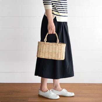 カンボジアのかご職人が伝統技術で編み上げたのが、モイリーのかごバッグです。素材はラペアというラタン(籐)の一種で、なめらかでツヤのある風合いが特徴。農作業や魚の水揚げなど、ハードな使用にも耐えられるような作りで、水で洗うこともできます。経年により色が濃く変化していくのも魅力のひとつです。