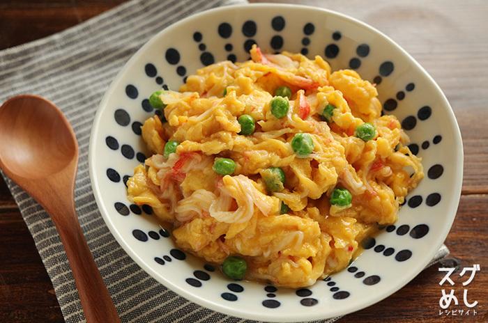 5分でさっと一品完成の簡単かに玉。ご飯に載せて中華スープを添えれば、大満足のランチがあっという間にできますよ。中華スープの素は使う前にお湯で溶かすのがポイントです。