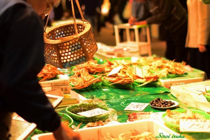 江戸時代から続く290年の歴史がある近江町市場は、日本海で採れた海産物や、金沢独特の加賀野菜などが並ぶ、まさに金沢の台所。新鮮な海産物は、宅配便で送ることもできるので、お目当てのものがある場合は、品揃えが豊富な開店直後の9時頃がおすすめなのだそう。