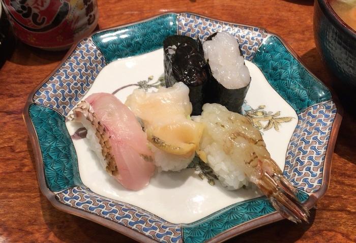 おすすめの「北陸五点盛」は、がす海老、梅貝、ほたるいかの黒造、白えび、のどぐろと一皿で珍しい北陸の海の幸を食べることができます。価格は850円~1,300円と時期によって変わるそうです。
