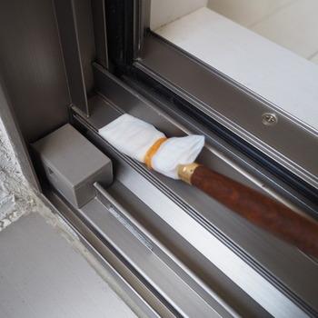 特別な道具がなくてった、サッシの掃除はできますよ。こちらは絵筆にキッチンペーパーを巻き付け、根元を輪ゴムで固定したもの。水や中性洗剤で濡らして拭いていきます。細かい部分にまで入り込み、汚れたら付け替えられるので衛生的!