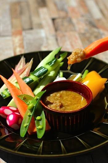 生野菜をおいしくいただくならバーニャカウダがおすすめ。こちらのレシピのソースは、ツナ缶と塩麹を使っているので、アンチョビが苦手な方でも安心して食べられます。季節の新鮮な野菜を使ってみてはいかが?