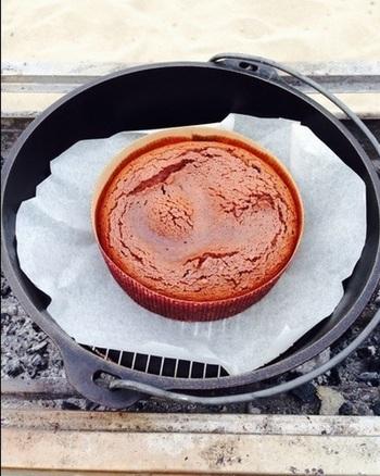 こちらはダッチオーブンで作るチョコレートケーキのレシピです。シンプルな工程なのでアウトドアでも気兼ねなくケーキが作れますよ。熱々で頂くとフォンダンショコラのようにトロリとした触感に。もちろん冷めてもおいしいケーキです。
