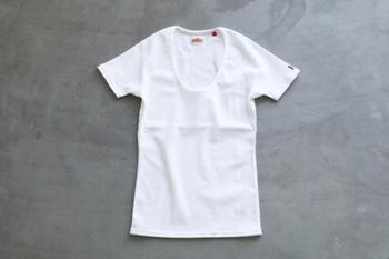 ハリウッドランチマーケットの定番、ストレッチフライスのTシャツです。柔らかく、締め付けなくフィットする着心地よさ。タンクトップや長袖、ボートネックやVネックなどバリエーションも豊富なので、自分に似合う好みの形も見つかりそう。