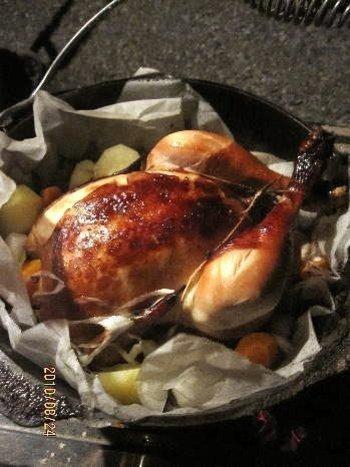 鶏を丸ごとダッチオーブンで焼くのもアウトドアならではのレシピです。たくさん食べたい時にもおすすめ。丸鶏は事前に1晩~2晩ほど調味料に漬け込んでから持っていきます。じっくり焼きながら時折タレを掛けて香ばしく仕上げましょう。