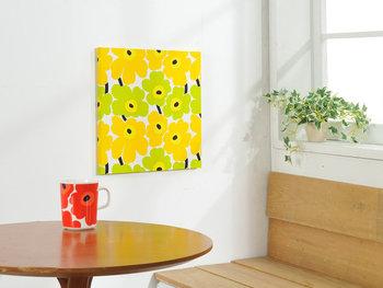 """マリメッコを知らない方もきっと見覚えのある、ブランドのアイコン的存在「UNIKKO(ウニッコ)」柄。UNIKKOとは、フィンランド語で""""ケシの花""""の意味。1964年にマイヤ・イソラによって発表されたポピーの花がモチーフになったデザインです。こちらは、UNIKKOの小柄版「MINI UNIKKO(ミニウニッコ)」が使われたファブリックパネル。存在感たっぷりの可愛い花柄は、お部屋の雰囲気をぐっと明るくしてくれますよ♪"""