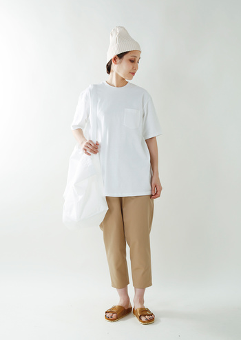 薄 手☆☆☆☆★厚 手 タイト☆☆☆★☆ゆったり 柔らか☆☆☆★☆ドライ   アメリカ製のTシャツのいえばチャンピオンやCAMBERが有名ですが、それらと同じく厚手でがさっとした質感のTシャツ。ドライなタッチは何度も洗いをかけてもへたることがないのでデイリーユースにも最適。今年っぽくゆったりとしたサイジングで涼やかな着心地です。
