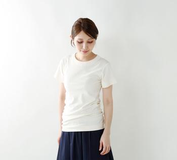 薄 手☆☆★☆☆厚 手 タイト☆★☆☆☆ゆったり 柔らか☆☆★☆☆ドライ  amongoutのシンプルTシャツは優しいフィット感のフライス生地。タイトめのシルエットですが長めの丈で少しくしゃっとドレープをつくることで女性らしく。極甘燃糸を使用しているので肌触りはとってもソフト。