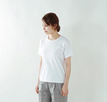 薄 手☆★☆☆☆厚 手 タイト☆★☆☆☆ゆったり 柔らか★☆☆☆☆ドライ  世界中の綿花の中でも極めて細く、繊維の長いスビンゴールドの糸を使用したTシャツ。真っ白と呼ぶにぴったりの透明感のあるきれいな白色が特徴。まるでニットを着ているような柔らかくなめらかな着心地もポイント。ミニマルなデザインが都会的で洗練された印象のTシャツです。 ジャストサイズで着ていただけるコンパクトなシルエットで一枚で綺麗めに着たい、という方におすすめ。