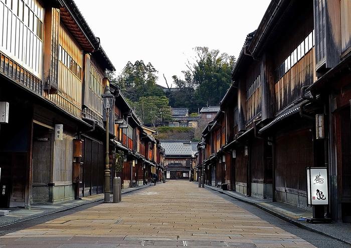 国の重要伝統的建築群保存地区に指定されている「ひがし茶屋街」は、京都の祇園と並ぶ日本の二大茶屋街です。金沢の城下町の風情を楽しみながらランチを味わえるスポットをご紹介します♪