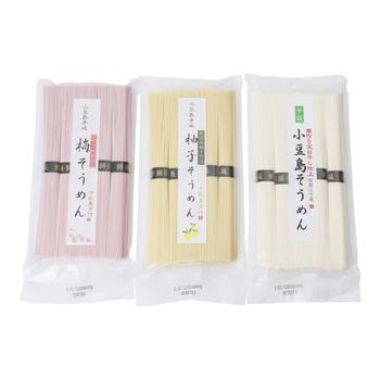 「小豆島そうめん」の特徴は、麺を作る過程で塗る油にごま油を使っている事です。最近では小豆島の特産品であるオリーブオイルを使っているそうめんもあります。