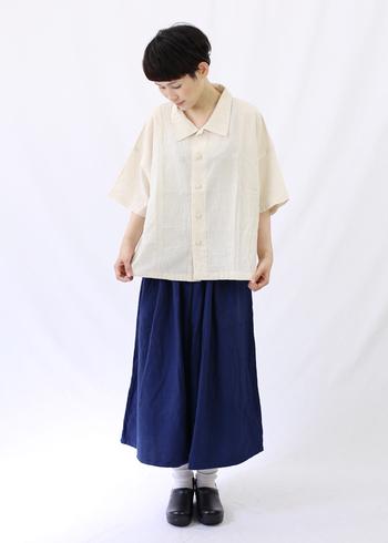 台湾の服飾デザイナー、鄭惠中(ヂェン・ホェヂョン)さんの服は、デザインも素材も流行に左右されずに長く愛用できそうなものばかり。ほんのりアジアンな雰囲気が漂うのも素敵なんです。こちらはコットンリネンのさらっとした肌触りが心地よいキュロットワイドパンツ。家仕事をする姿も様になりそうな一枚です。