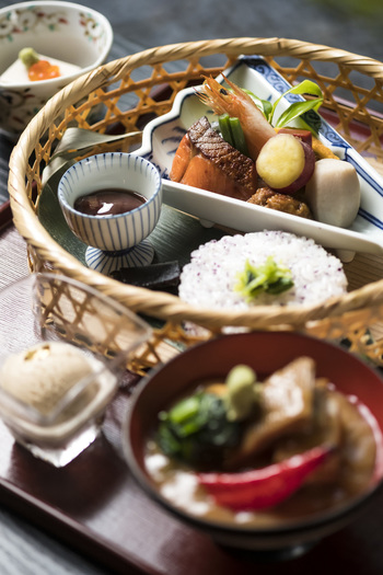 加賀料理を満喫するなら「竹かご弁当 治部煮付き」がおすすめです。彩り豊かな「竹かご弁当」に、加賀の郷土料理「治部煮」とデザートが付いています。「竹かご弁当」のみや、治部煮と鯛の唐蒸しを楽しめる「武士の献立御膳」もありますよ。