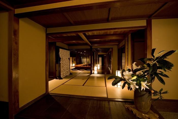 金沢の名店「日本料理 銭屋」の姉妹店「十月亭(ジュウガツヤ)」は、料亭の味を気軽に楽しめる食事処です。築150年の元お茶屋の建物の中で、ゆったりと贅沢な時間を過ごせます。