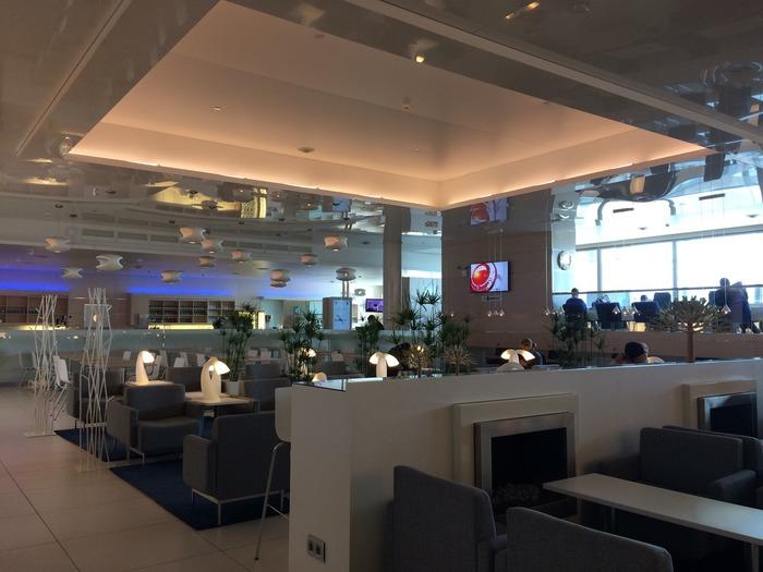 くつろげるラウンジは空港内に3つあります。Wi-Fiやコンピュータが使え、食事やドリンクと共にリラックスできるのはもちろん、アルヴァ・アアルトやエーロ・アールニオなど北欧デザイナーの家具を体験できます。
